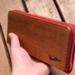 手縫いの革と木を合体させた財布の写真